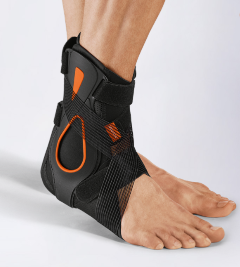 Fully upgraded: In the acute phase - cooling pad included. Fully upgraded, the brace can be used optimally according to the PECH rule. The enclosed cooling pad, combined with a sideways stabilizing splint and 8- reins, relieves and stabilizes the ankle joint in the acute phase. After a single, individual basic adjustment, the brace is placed in neutral position via the open ventral access with just two clicks.