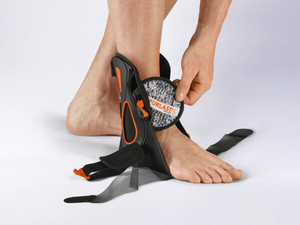1. disarmament phase: After disarming the cooling pad. After the acute phase, stabilization is achieved with anatomically shaped splints including the additional stiffening lateral splint (orange) in pro- and supination direction. The limitation of the talus advance and plantar flexion is achieved by the 8-pin rein positioned under the metatarsus. LATEST NEWS PRODUCTS INDICATIONS COMPETENCES ABOUT US SERVICE LATEST NEWS NEWS EVENT DATES CAMPUS GELENK SYMPOSIUM MEDICAL SYMPOSIUM SPORT UND MEDIZIN PRODUCTS COMPLETE RANGE NEURO RANGE CLINIC RANGE KIDS RANGE INDICATIONS SUMMARY COMPETENCES DYNAMIC QUALITY COMPREHENSIVE CONCEPTS NEUROORTHOPAEDICS ABOUT US OUR MISSION OUR FOUNDATIONS OUR COMMITMENT YOUR CAREER CERTIFICATION SERVICE CONTACT DOWNLOADS NEWSLETTER USEFUL INFORMATION IMPRINT TERMS AND CONDITIONS OF USE DATA PROTECTION DEEN B2B shop Store finder Physicians portal LATEST NEWS PRODUCTS INDICATIONS COMPETENCES ABOUT US SERVICE HOMEPRODUCTSMALLEODYN® S3 Supports and braces MALLEODYN®S3 Dismountable ankle brace for dynamic mobilisation. The innovative ankle joint brace can be easily dismounted in three steps in line with the course of therapy. In the acute phase, it stabilises, relieves and cools the ankle according to the RICE rule (rest, ice, compression, elevation). Due to the flexible inner-shoe-like construction and the easy handling, it can be used for secondary prevention after the 3 dismounting steps. The QR code in the product packaging gives you access to therapy exercises. 360°-product video