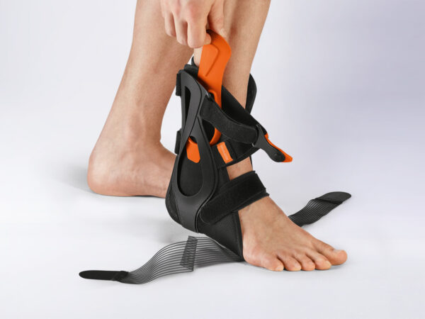 2. disarmament phase: After dismounting the side rail. Due to the bi-elastic material, the brace adapts optimally to the anatomy of the ankle joint and allows a further step of mobilisation in pro- and supination direction. In addition, anatomically shaped, sewn-on splints with deep heel mounts and 8 reins stabilize the ankle joint.
