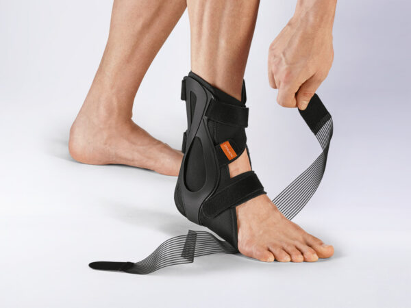 3. disarmament phase: After the disarmament of the 8-man train. After the disarmament of the 8-bearing bridle, the brace permits maximum mobilisation for the ankle joint according to the course of therapy. The quick and intuitive application of the brace still takes place with just two clicks.