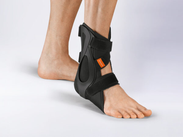 Fully disarmed: Long wearing time and secondary prevention. The high-quality materials with antibacterial effect make the innovative orthosis a supporting aid for sports or for an active everyday life. The dismounted orthosis can offer safety and stabilization in the acute phase as well as dynamic guidance for prevention.